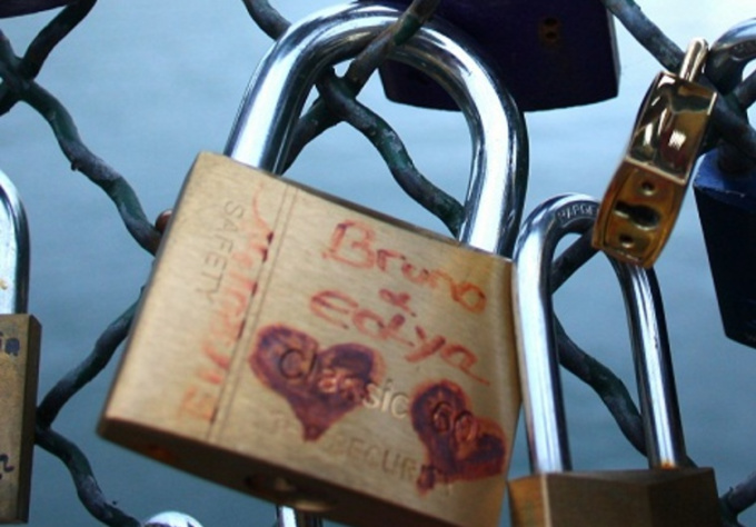 attach padlock on the Pont des Arts in Paris