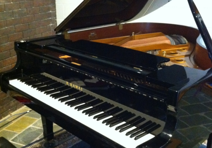 sing and play a personalised happy birthday song in an Aussie accent on a genuine grand piano